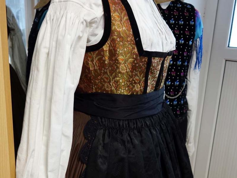 2018.03.03_10.42.26 Obleka z brokatnim životcem